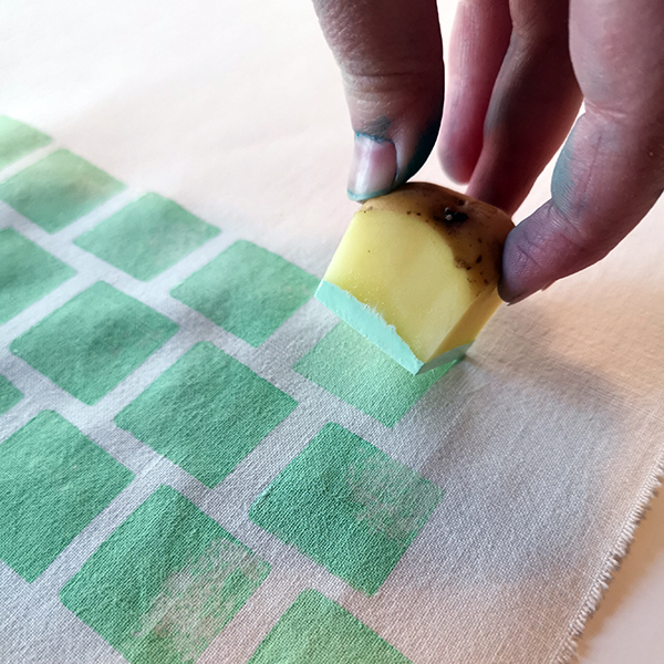hand som trycker med en potatis