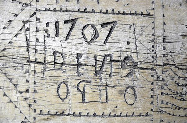 Gammal inskription i trä 1707