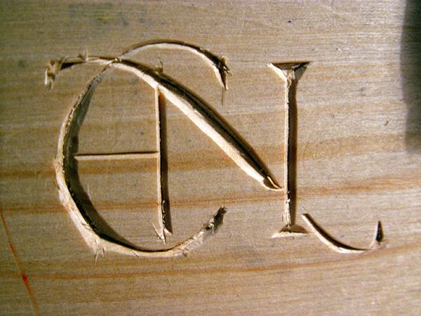 Inskription EN i trä
